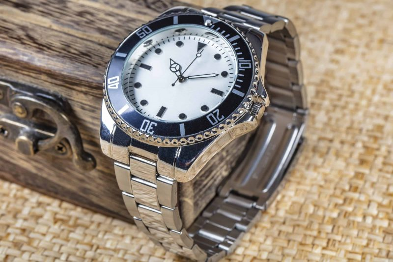 Casual watch with metal straps